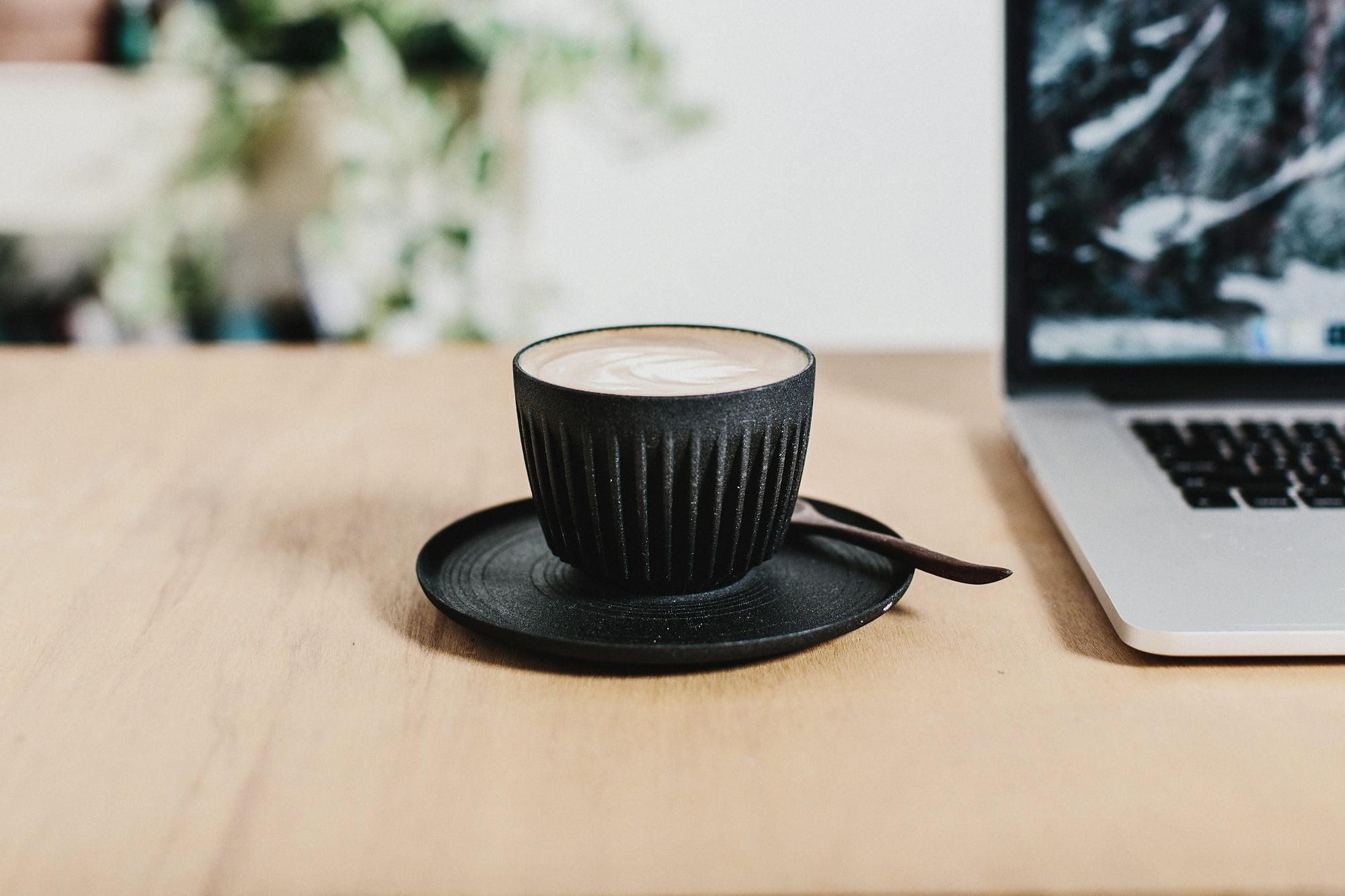 Crean tazas con cáscara de café