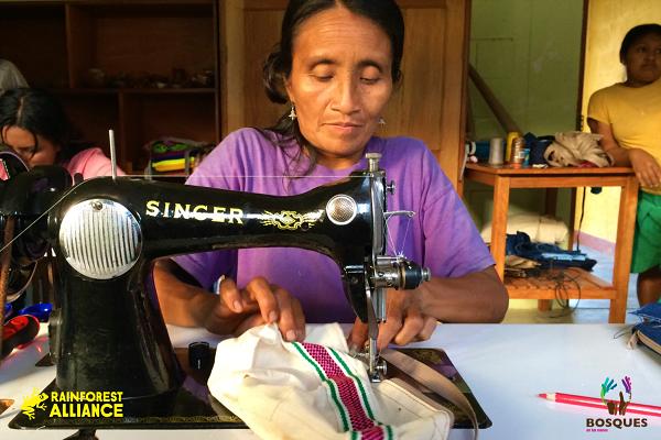 Warmi Awadora, la marca de mujeres tejedoras que conservan bosques