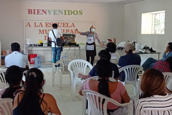 Hijos de productores se capacitan en la primera Escuela de Café del Monzón