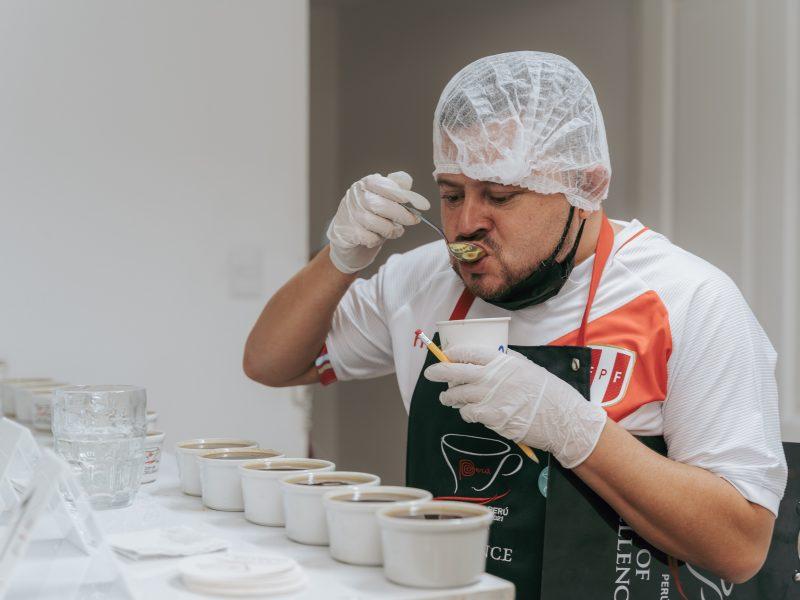Con la bicolor: cata de 114 cafés en carrera en Taza de Excelencia Perú